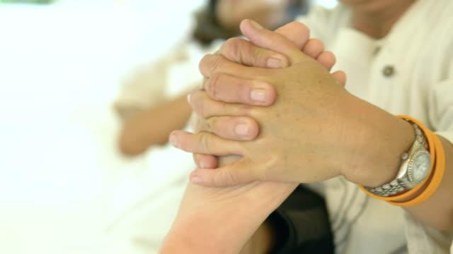 vidéos et rushes de thaïlandais de la culture: massage des pieds - masseur