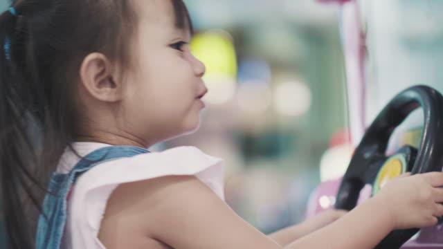 vídeos de stock, filmes e b-roll de tailandesa bonita criança está jogando estilos de vida do brinquedo carro-menina - brinquedo