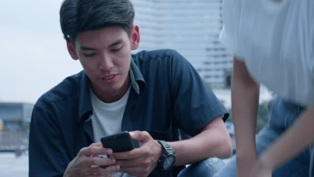 vídeos de stock, filmes e b-roll de dançarino tailandês que usa o telefone ao lado de seu par - 20 29 years