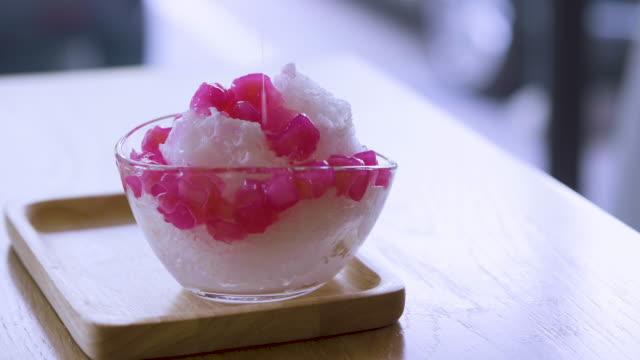 vídeos y material grabado en eventos de stock de tailandesas postres fríos - cuchara de helado