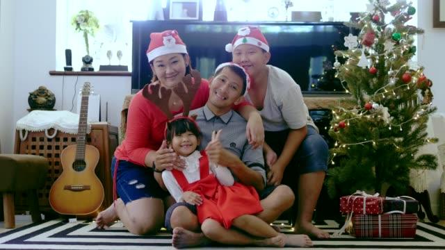 Thai-Familie vorbereiten zum Aufnehmen eines Bildes mit Weihnachts-Event zu Hause