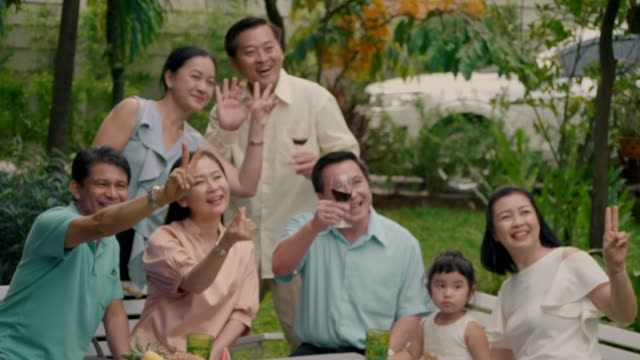 タイの家族の再会 - 大人数点の映像素材/bロール