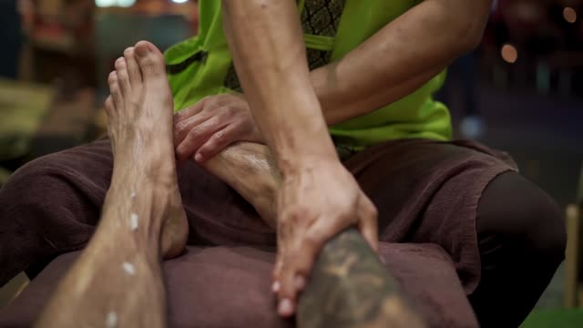 thai foot masage at bangkok street market at night, bangkok, thailand, southeast asia, asia - masseur stock videos & royalty-free footage