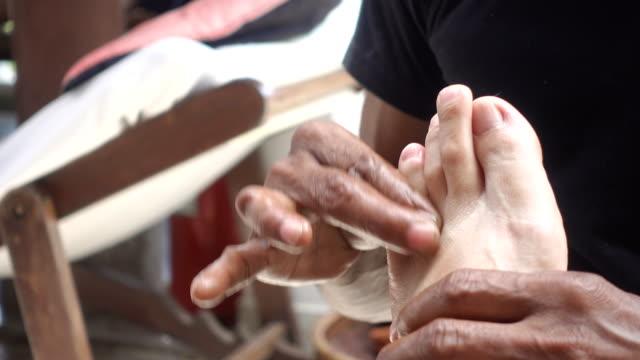 vídeos y material grabado en eventos de stock de tailandés masaje del pie. - cuidado del cuerpo