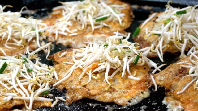Thai fried mussels pancake (Hoi Tod).
