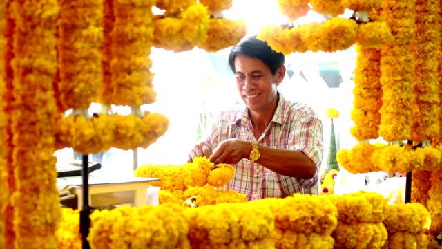 thailändische garland religiös'opfergabe blumenmarkt - bangkok stock-videos und b-roll-filmmaterial