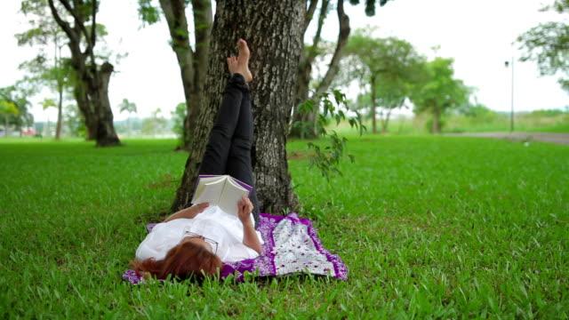 Thai fille lire se détendre dans le parc