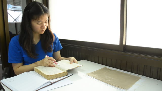 Thai girl student suddenly screen to read book