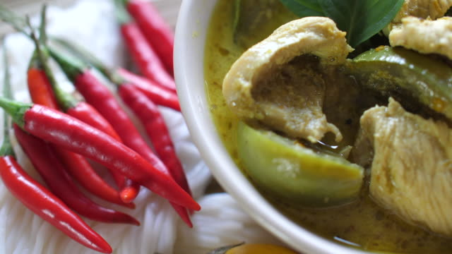 vídeos y material grabado en eventos de stock de curry verde tailandés, comida famosa tailandesa, vista superior giratoria, tiro de estudio. - table top view