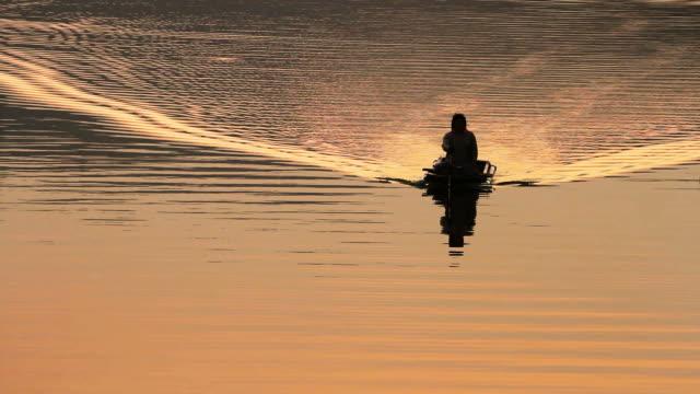 タイのローカルボートと水上輸送 - ノンタブリー県点の映像素材/bロール
