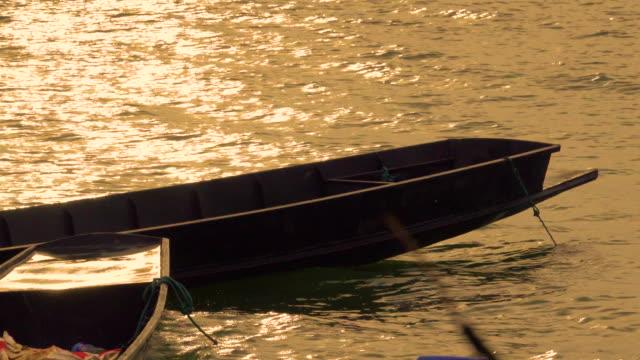 4 k タイのローカル ボートやタイでの水の輸送 - ノンタブリー県点の映像素材/bロール