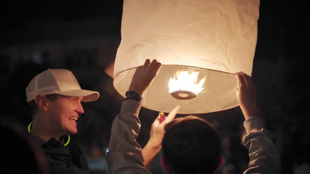 thai locals releasing lanterns and celebrating new year's eve, last day of 2019, chiang mai, thailand, southeast asia, asia - last day stock videos & royalty-free footage