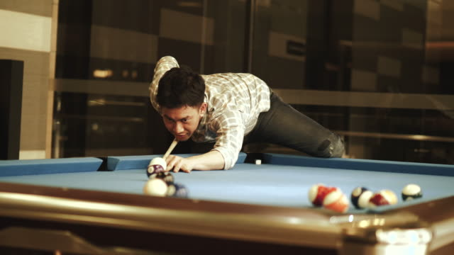 vídeos de stock e filmes b-roll de thai man is playing  billiard balls snooker - stock video - mesa de bilhar