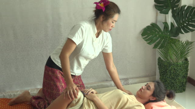vídeos de stock e filmes b-roll de thai massage in spa - cultura tailandesa