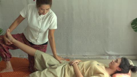 vídeos y material grabado en eventos de stock de masaje tailandés en el spa - cultura tailandesa