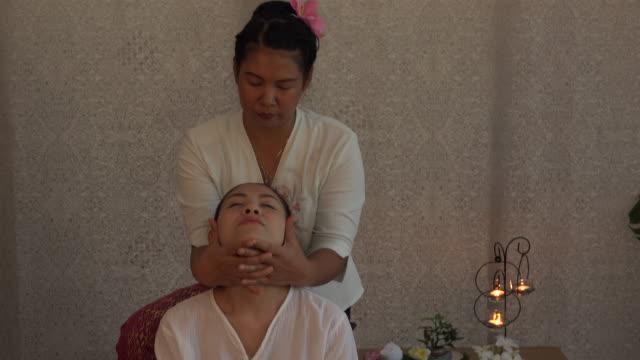 vidéos et rushes de massage thaï spa - masseur
