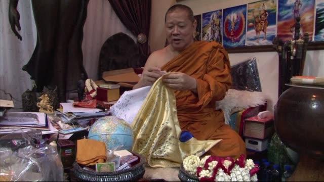 vídeos y material grabado en eventos de stock de thai monk attributes leicester citys successful climb up the premier league to buddhist blessings and good karma - budismo
