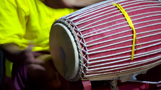 タイのミュージシャンは、タイの伝統的な古代ドラム楽器を演奏。 - レゲエ点の映像素材/bロール