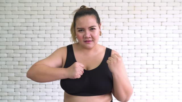 thai übergewichtige frau übung durch boxen vor der kamera - belly punching stock-videos und b-roll-filmmaterial