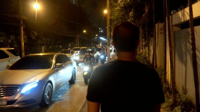 Thai pour piétons à pied pour éviter les embouteillages de Bangkok, Thaïlande