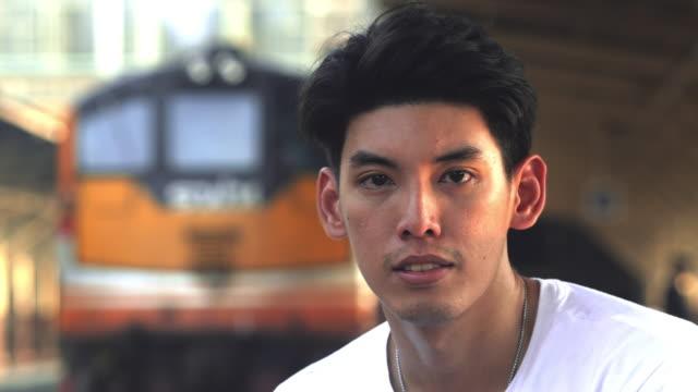 vidéos et rushes de personnes thaïlandaises regardant l'appareil-photo - indonésie