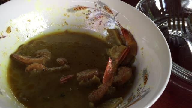 stockvideo's en b-roll-footage met thaise pittige gekookte bittere kalebas met garnalen in kokosmelk en kerrie - steurgarnaal