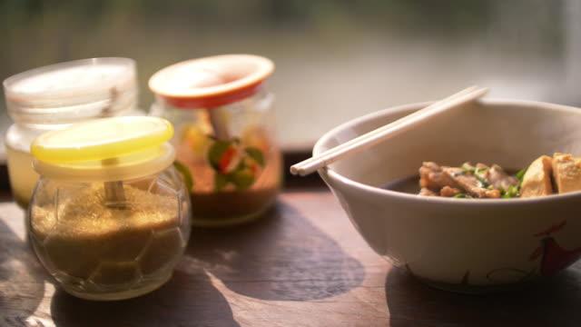 thai spicy noodle - bacchette cinesi video stock e b–roll