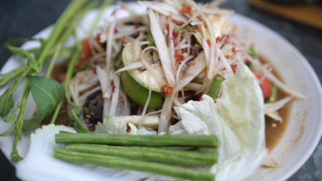 slo mo, thai spicy papaya salad, somtum - pepper pot stock videos & royalty-free footage