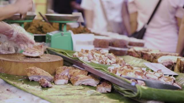 vídeos de stock, filmes e b-roll de thai comida de rua mercado de alimentos fritos, tailândia - crocante