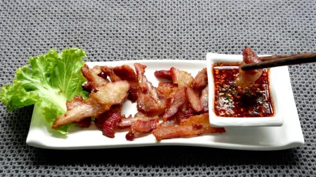 thai-stil gegrilltes schweinefleisch neck tauchen in würziger sauce - speck stock-videos und b-roll-filmmaterial