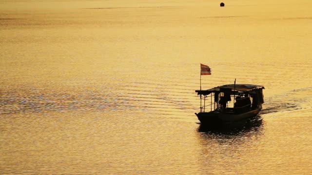 タイのタイのタクシーボート - ノンタブリー県点の映像素材/bロール