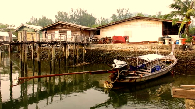 vídeos de stock e filmes b-roll de thai taxi longtail boat and stilt houses - mar de andamão