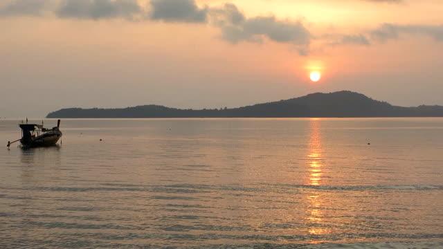thai taxi longtail båtar i gryningen - andamansjön bildbanksvideor och videomaterial från bakom kulisserna