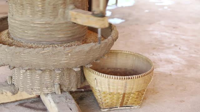 vídeos y material grabado en eventos de stock de molienda de arroz tradicional tailandés con mortero de madera y pestle. un antiguo arroz con mortero de arroz en tailandia - fábricas tradicionales