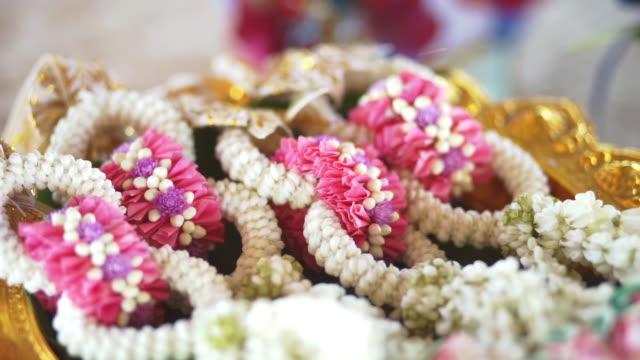 stockvideo's en b-roll-footage met thaise traditionele bruiloft engagement - guirlande