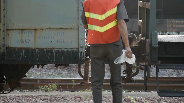 stockvideo's en b-roll-footage met thai train attach railroad cars - aan elkaar bevestigd