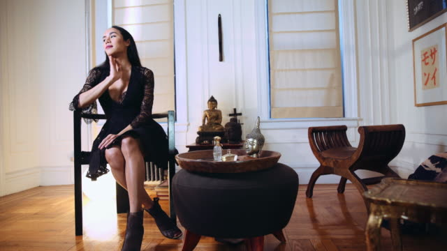 vidéos et rushes de thai transgender woman waiting then answering phone - genre de la personne
