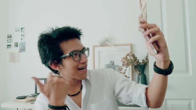 Amis étudiants de l'Université thaïlandaise jouant de la musique et vidéo chat en direct pour montrer dans