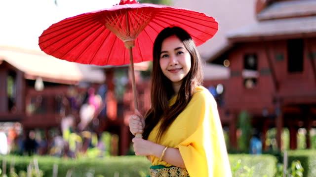 thailändische frau mit traditionellem stil - historische kleidung traditionelle kleidung stock-videos und b-roll-filmmaterial