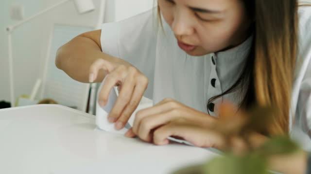 vidéos et rushes de femme thai fait artisanat en papier origami tout en pliant un oiseau avec son émotion positive dans sa chambre-bricolage avec bateaux de pliage de papier - origami