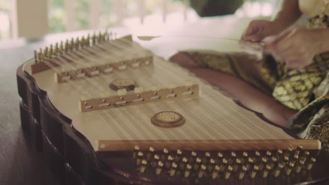 thailändische frau spielt thailändisches hackbrett-musikinstrument - kunst, kultur und unterhaltung stock-videos und b-roll-filmmaterial