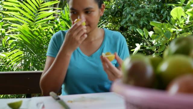 thailändsk kvinna förbereder passionsfruktjuice - passionsfrukt bildbanksvideor och videomaterial från bakom kulisserna