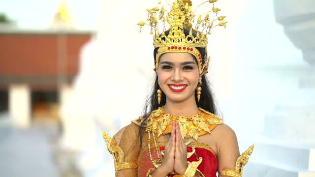 vídeos de stock e filmes b-roll de thai woman wearing typical thai dress, identity culture of thailand - cultura tailandesa