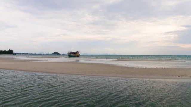 vídeos de stock e filmes b-roll de thailand abandoned boat - banco de areia