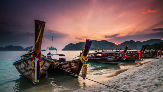 vídeos de stock e filmes b-roll de thailand, boats on beach at sunset - ilhas phi phi