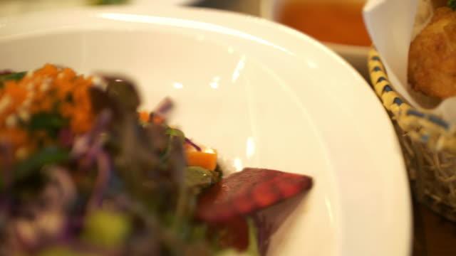 thailand essen mit köstlichem geschmack - insel ko samui stock-videos und b-roll-filmmaterial
