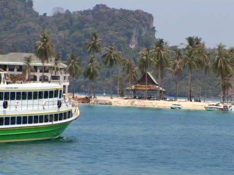 stockvideo's en b-roll-footage met cu, thailand, ko phi phi, ferry boat mowing towards beach - waaierpalm