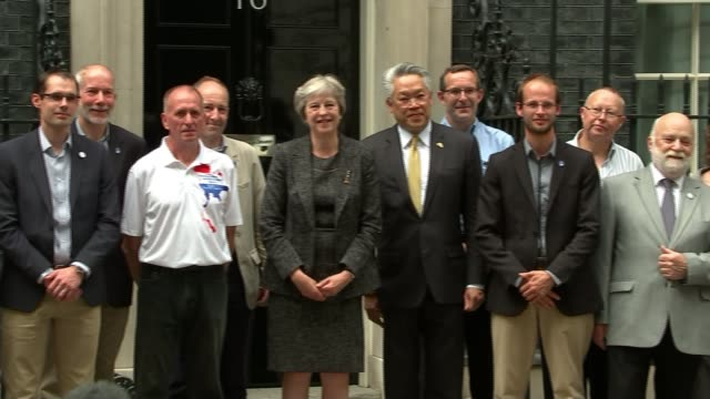 british divers meet theresa may at downing street england london downing street ext theresa may mp photocall with cave divers outside number 10 - itv放送点の映像素材/bロール