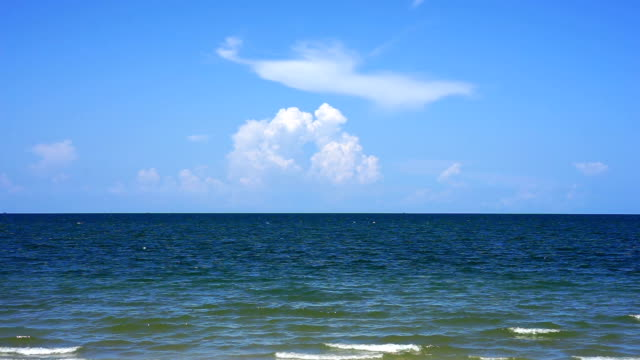 thailand-meerblick mit blauem himmel - horizon over water stock-videos und b-roll-filmmaterial