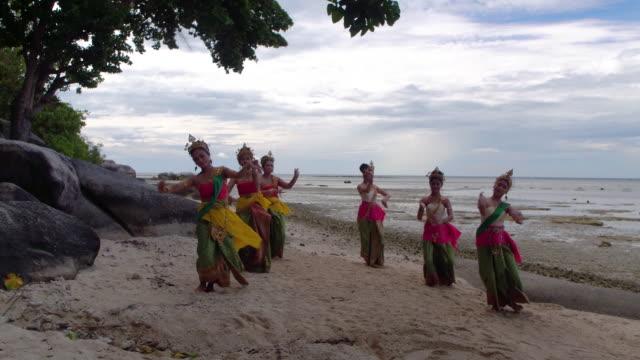 thailand traditional dancers - danza tradizionale video stock e b–roll